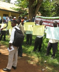Some of the families stage a peceful demonstration outsie the Hoima RDC's office. (Photo: F. Mugerwa)